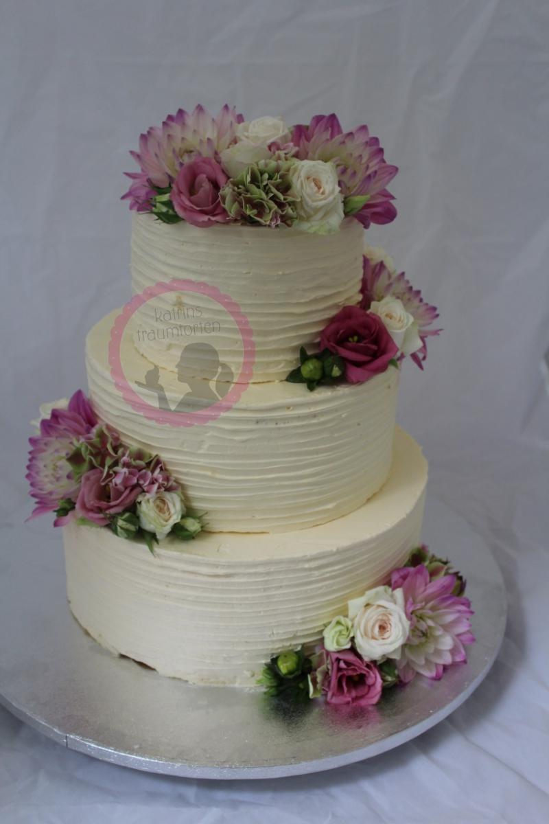 Hochzeitstorte Creme echte Blüten