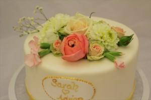 Hochzeitstorte echte Blüten + Emblem